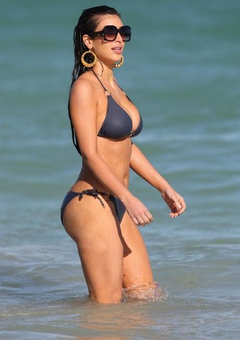 celeb-kim-kardashian-blue-bikini-april