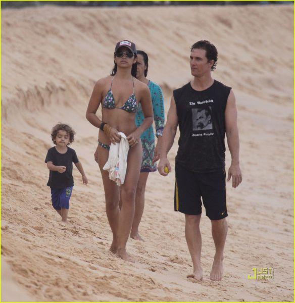 matthew-mcconaughey-camila-alves-brazil-beach-05