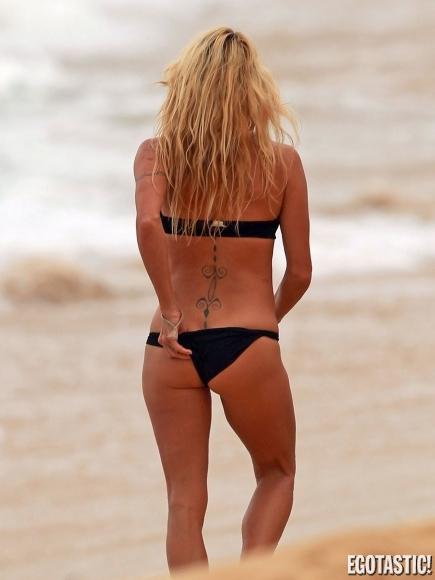 pamela-anderson-black-bikini-hawaii-03-435x580