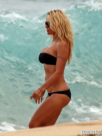 pamela-anderson-black-bikini-hawaii-08-435x580