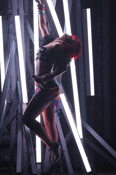 rihanna-i-christina-aguilera-ocarale-publiku-seksi-plesom-400x600-357940